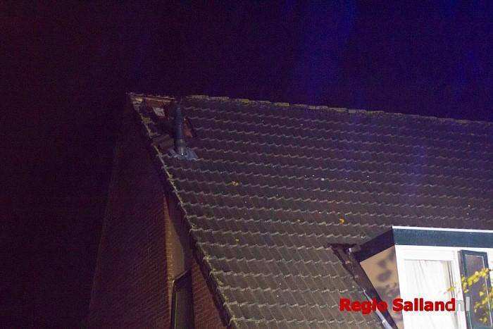 Blikseminslag in dak van woning in Olst - Foto: Pim Haarsma