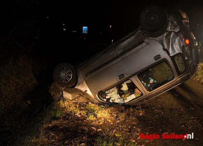 Auto op z'n kop na eenzijdig ongeval bij Heeten - Foto: Jasper Hutten