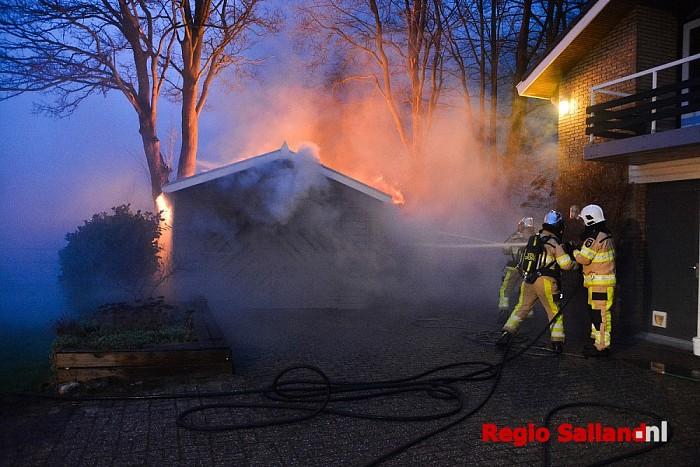 Brand in schuur aan Prins Bernhardlaan in Wijhe - Foto: Jasper Hutten