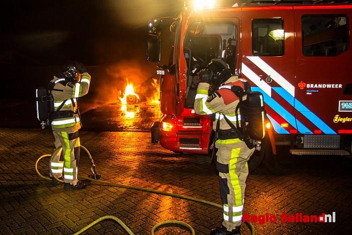 Auto uitgebrand op parkeerplaats in Olst - Foto: Pim Haarsma