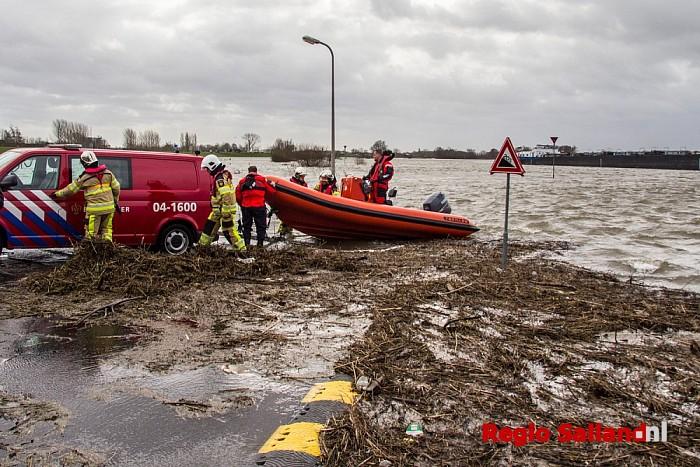 Trekpontje losgeslagen door hoog water in Wijhe - Foto: Pim Haarsma