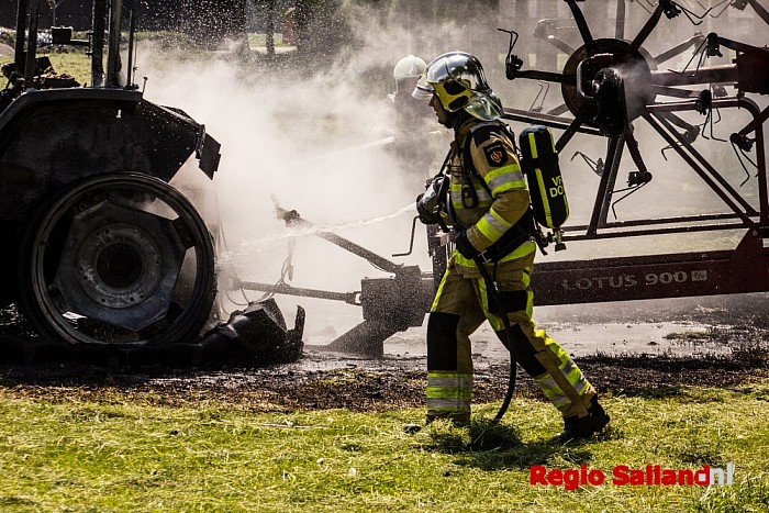 Tractor uitgebrand na kortsluiting in Olst - Foto: Pim Haarsma