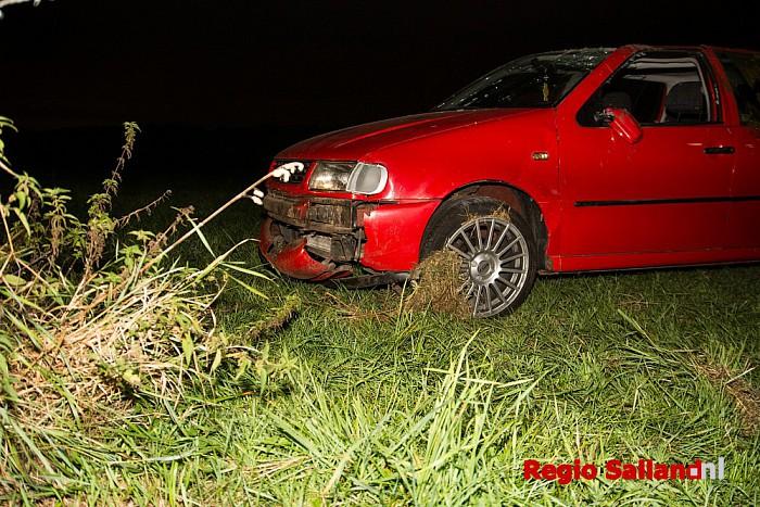 Auto belandt in weiland tussen Luttenberg en Haarle - Foto: Jasper Hutten