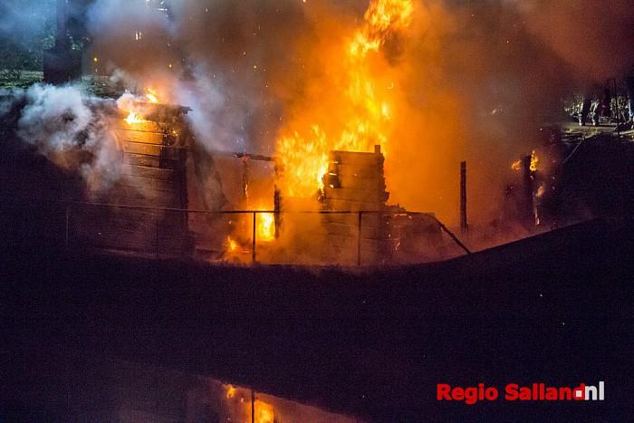 Bewoners omgekomen bij brand op woonboot in Zwolle - Foto: Pim Haarsma