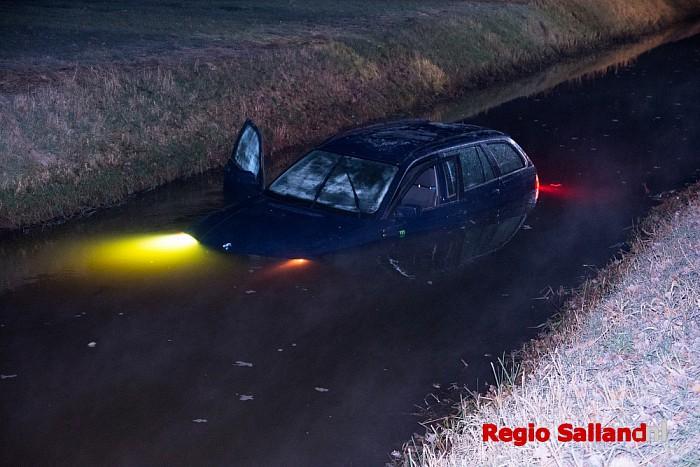 Gezin met auto te water in Broekland - Foto: Jasper Hutten