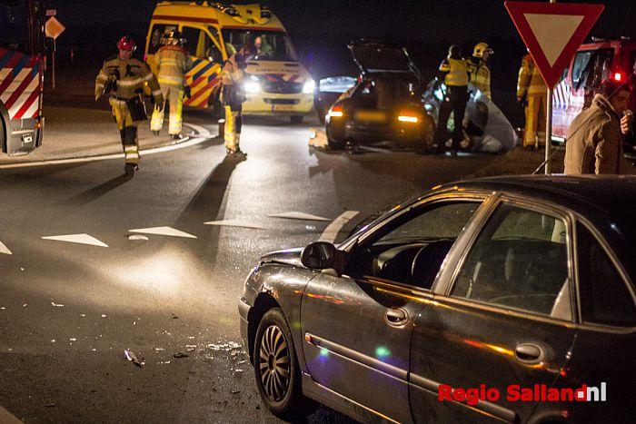 Twee auto's in botsing voor rotonde N337 bij Olst - Foto: Pim Haarsma