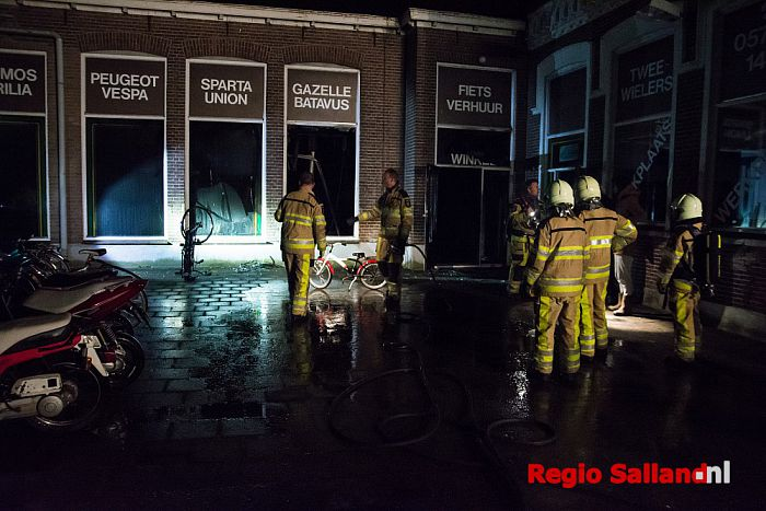 Veel schade na brand in tweewielerszaak in Wesepe - Foto: Jasper Hutten