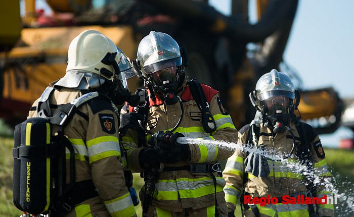 Trekker in Wijhe gaat in vlammen op - Foto: Jasper Hutten