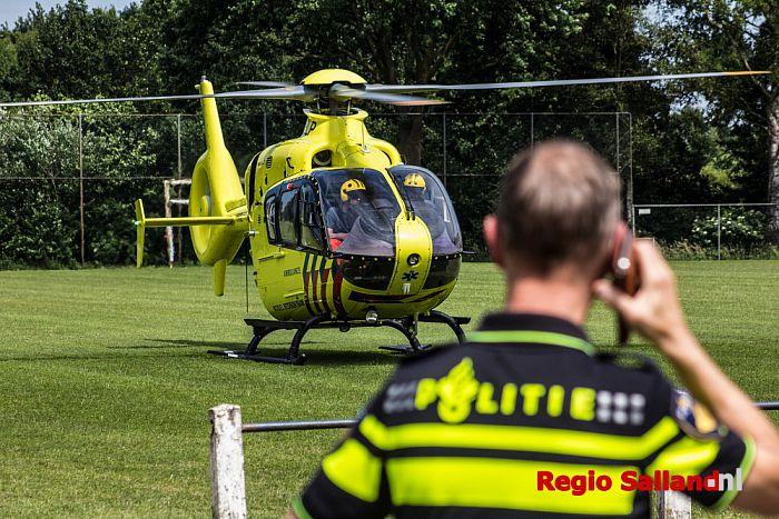 Lifeliner landt op voetbalveld Mariënheem voor deelnemer triatlon - Foto: Pim Haarsma