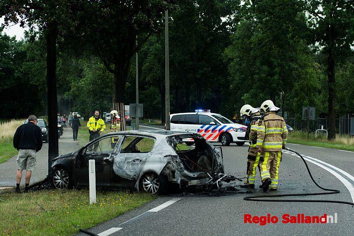 Auto in brand op de N332 in Raalte - Foto: Jasper Hutten