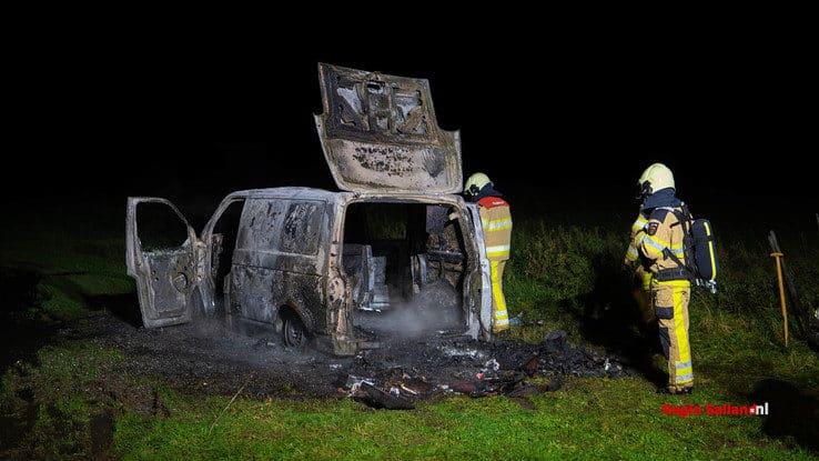 Bestelbus met gasflessen brandt uit bij Herxen - Foto: Jasper Hutten