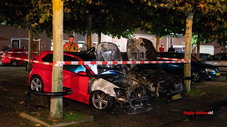 Auto's gaan in vlammen op in Deventer - Foto: Jasper Hutten