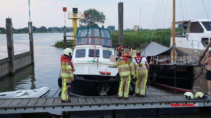 Brandweer pompt ondergelopen boot in Wijhe leeg - Foto: Jasper Hutten