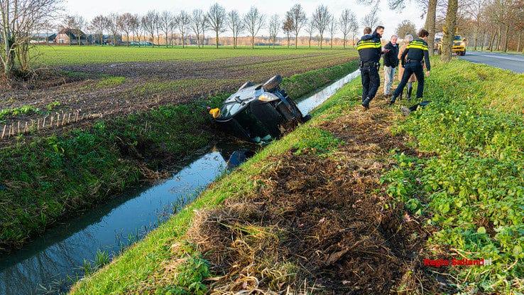 Automobilist belandt  in sloot tussen Herxen en Zwolle - Foto: Jasper Hutten