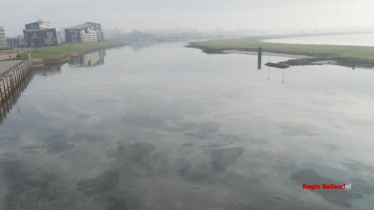 Kilometerslang oliespoor op de IJssel bij Deventer - Foto: Jasper Hutten