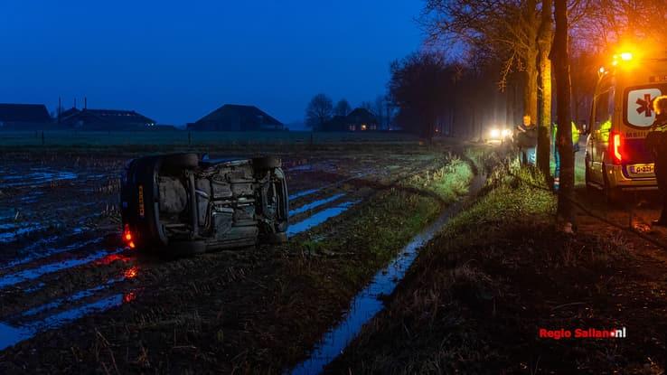 Auto beland op de kant na eenzijdig ongeval in Wijhe - Foto: Jasper Hutten