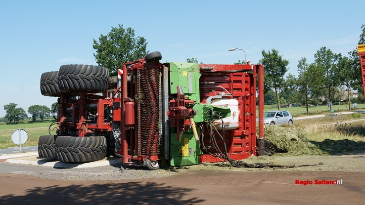 Silagewagen met gras kantelt in Broekland - Foto: Jasper Hutten