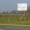 Protestbord geplaatst tegen komst varkensflats in Elshof