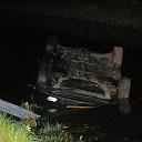 Vrouw belandt met auto in wetering bij Elshof