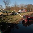 Personenbusje te water na ongeval in Raalte-Noord