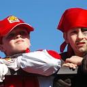 Carnavalsoptocht door het hart van Broekland