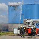 Uitslaande dakbrand bij betonbedrijf in Heeten