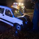 Bestuurster gewond na auto tegen boom in Lemelerveld