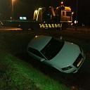 Auto belandt in greppel op Velsdijk bij Wesepe