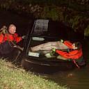 Vrouwen met auto te water in Vilsteren