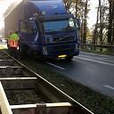 Vrachtwagen met klapband stil op viaduct in Lemelerveld