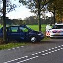 Auto botst tegen boom, bestuurder licht gewond in Raalte