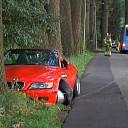 Sportwagen schampt lijnbus en botst bijna tegen boom