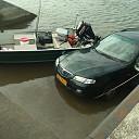 Auto en trailer te water bij loswal in Wijhe
