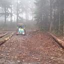 Gewonde mountainbiker per tractor naar ambulance