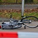 Fietser ernstig gewond na botsing met auto in Raalte