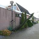 Brand coniferen naast woning in Heeten
