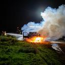 Bestelbus met gasflessen brandt uit bij Herxen
