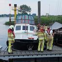 Brandweer pompt ondergelopen boot in Wijhe leeg