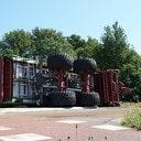 Silagewagen met gras kantelt in Broekland